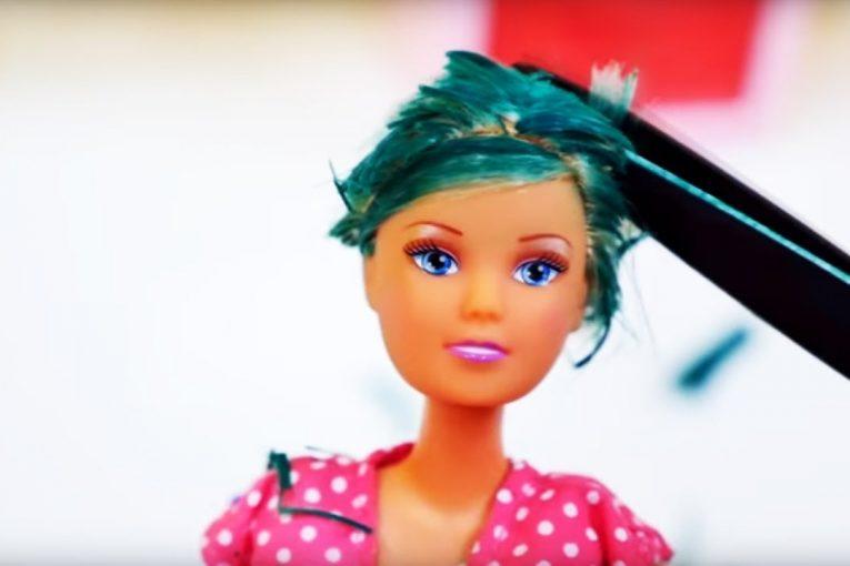 Барби открыла САЛОН КРАСОТЫ: неудачная стрижка налысо. Видео для девочек про Барби