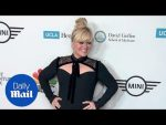 Kelly Clarkson wows in black at Taste For A Cure gala — Daily Mail